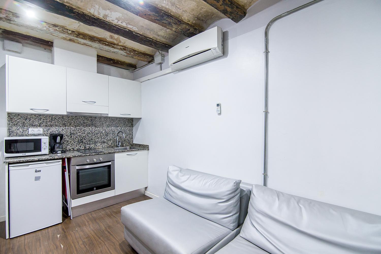 A- Studio à louer rue Portal Nou, 3º étage (intérieur)