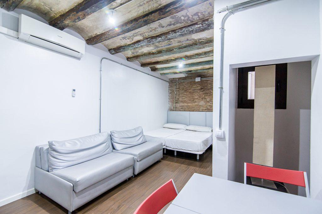 A- Studio à louer, rue Portal Nou, 4ème étage (intérieur)
