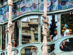 Conociendo a Gaudí a través de sus edificios zach rowlandson cZbGbl8ZYU4 unsplash 300x225